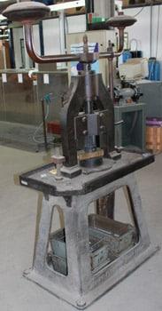 Machine ancienne de frappe de médailles