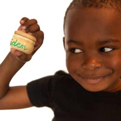 Enfant avec sa boite personnalisée