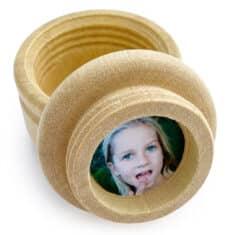 Photo d'enfant dans le couvercle de la boite