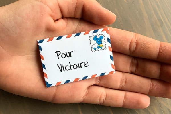 Mini lettre dans une main
