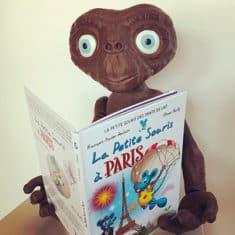 ET l'extraterrestre lisant un livre