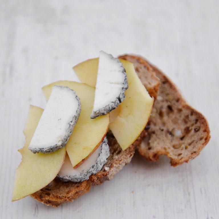 Fromage Sainte Maure de Touraine étalé sur du pain