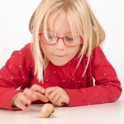 Enfant qui joue avec une toupie