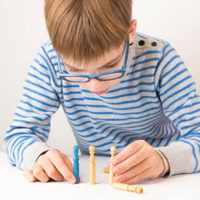Enfant qui joue aux quilles