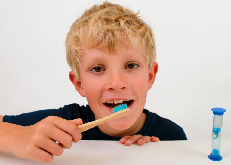 Enfant qui se brosse les dents