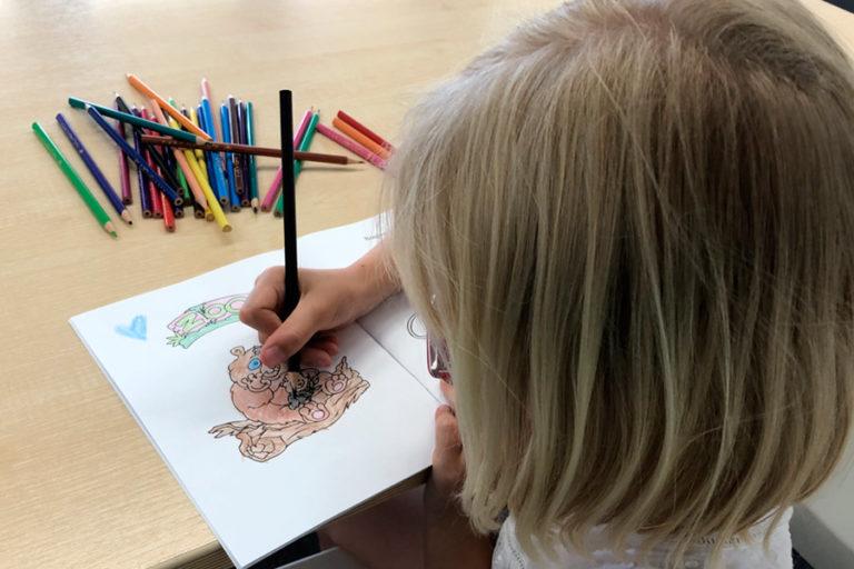 Enfant en train de colorier