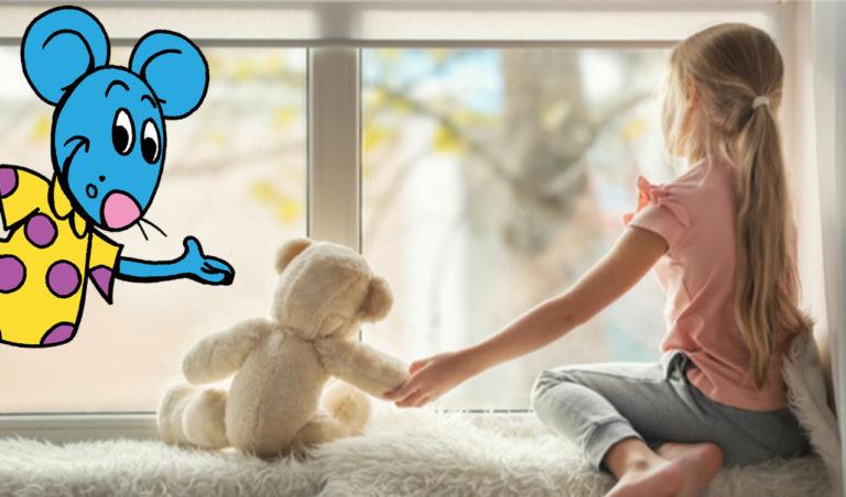 Enfant à sa fenêtre pendant le confinement